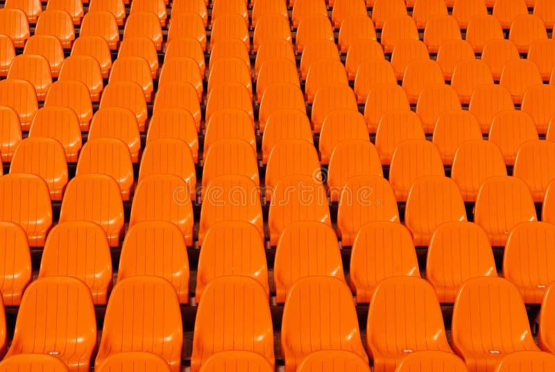 El estadio anaranjado asienta el fondo imagenes de archivo
