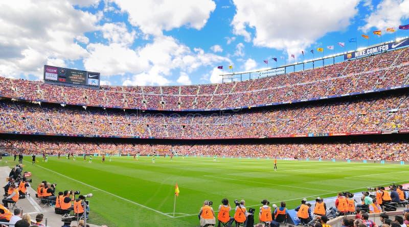 El estadio de fútbol de Camp Nou, tierra casera al club FC del fútbol de Barcelona, que es el 3ro estadio de fútbol más grande fotos de archivo