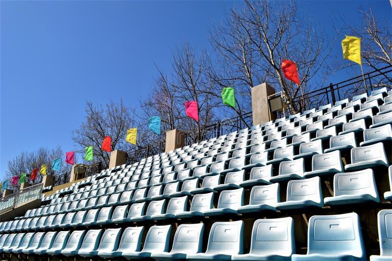 El estadio de la universidad del deporte de Pekín asienta banderas foto de archivo