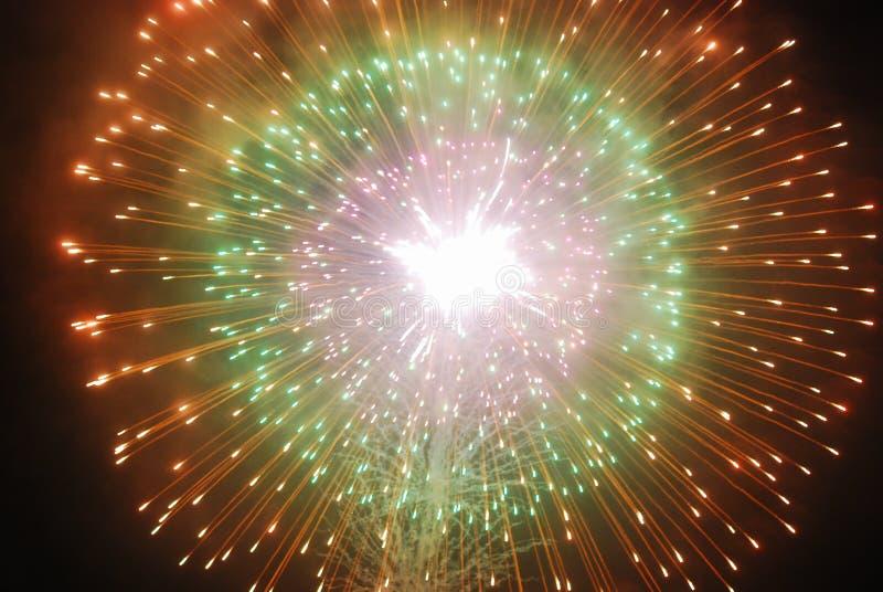 El estallar de los fuegos artificiales fotografía de archivo