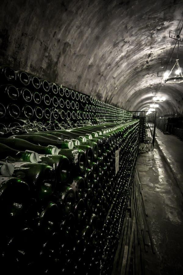 El estante con las botellas de vino espumoso en una montaña única hace un túnel foto de archivo libre de regalías