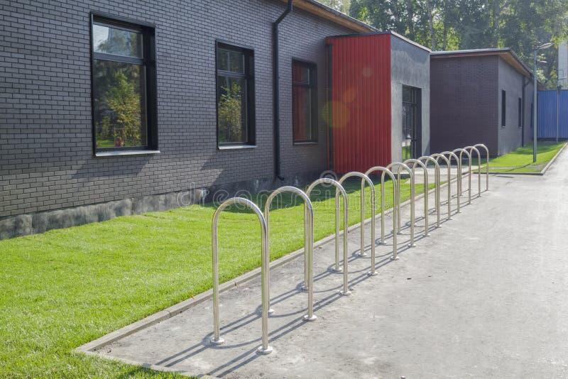 el estante de bicicleta vac?o para parquear monta en bicicleta en parque cerca de edificios m?nimos modernos fotografía de archivo libre de regalías