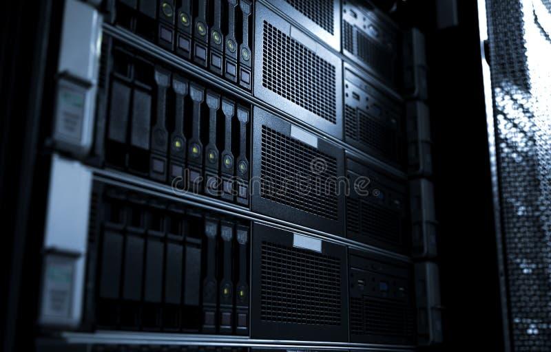 El estante montó los servidores de la cuchilla del almacenamiento del sistema bajo foco selectivo del tono oscuro imágenes de archivo libres de regalías