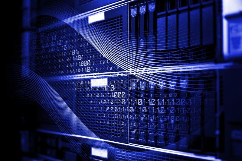 El estante montó los servidores de la cuchilla del almacenamiento del sistema con la representación del movimiento 3d del código  imagen de archivo