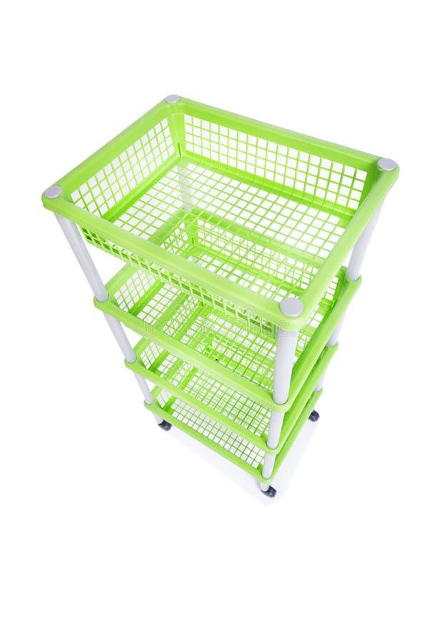 El estante verde del estante del compartimiento con las ruedas aisladas en blanco fotografía de archivo libre de regalías