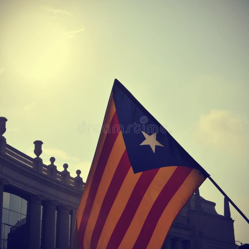 El estelada, la bandera catalana de la favorable-independencia, contra el cielo imágenes de archivo libres de regalías