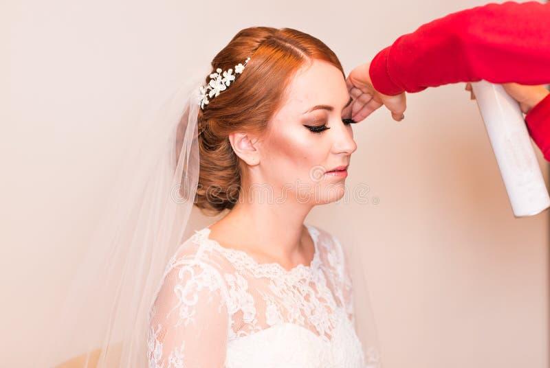 El estilista hace a la novia en el día de boda fotografía de archivo libre de regalías