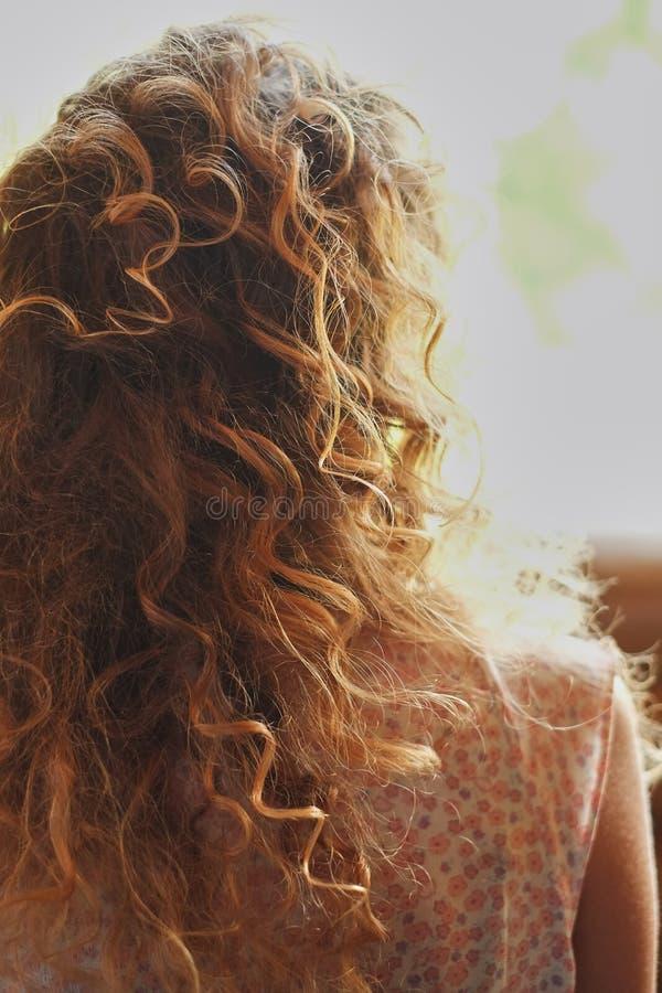 El estilista hace la novia un peinado de la boda imagenes de archivo