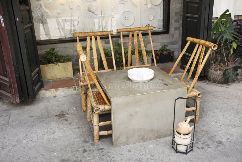 El estilo chino de piedra del tabla de los muebles de la decoración y de bambú de la silla para se prepara y haciendo ceremonia d imagen de archivo libre de regalías