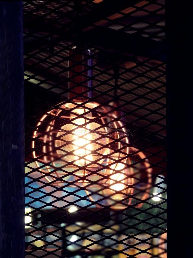 El estilo del diseño industrial del vintage amplió el metal con la bombilla de Edison fotografía de archivo libre de regalías