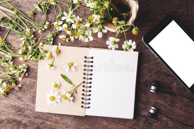 El estilo del vintage, el teléfono elegante negro y las flores blancas en un viejo cortejan imagenes de archivo