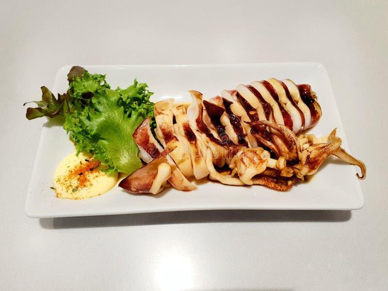 El estilo japonés de la comida, opinión superior el calamar cortado asó a la parrilla con la salsa y la verdura del teriyaki en l fotos de archivo