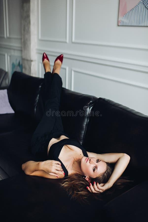 El estilo natural atractivo de la moda de la belleza de la mujer elegante viste fotografía de archivo libre de regalías
