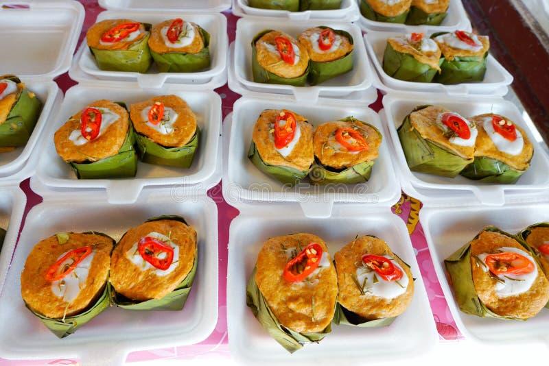 El estilo tailandés de la comida, Steamed curtió pescados en una taza de la hoja del plátano fotografía de archivo