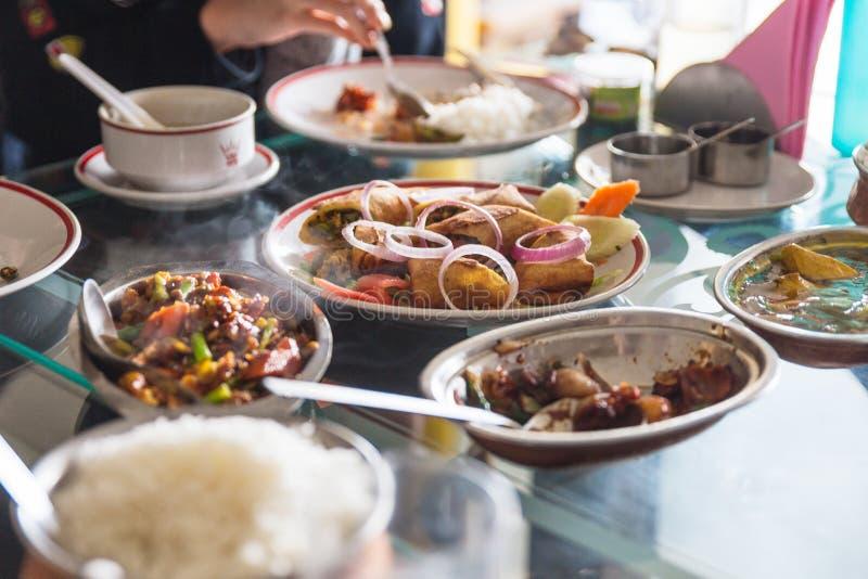 El estilo tibetano de la comida incluye la ensalada y más que sirvieron en el restaurante en Gangtok Sikkim, la India imágenes de archivo libres de regalías