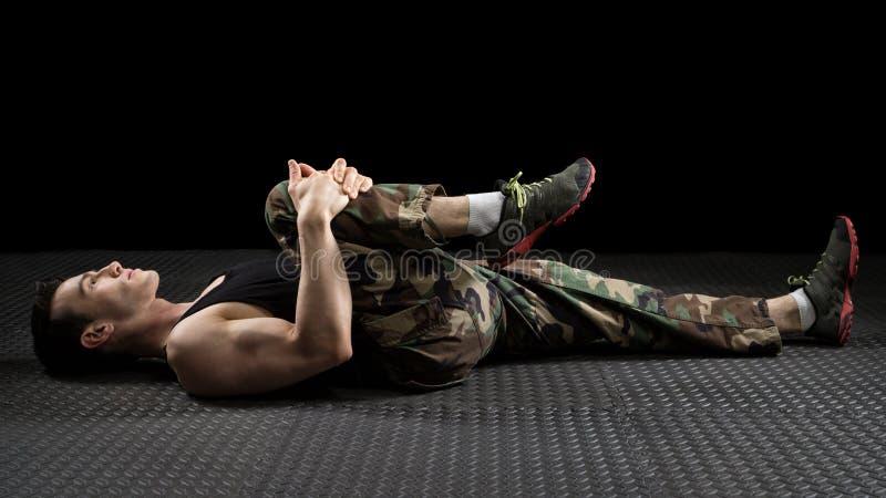 El estirar atlético del hombre foto de archivo