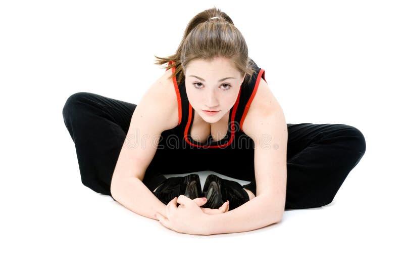 El estirar de la chica joven fotos de archivo