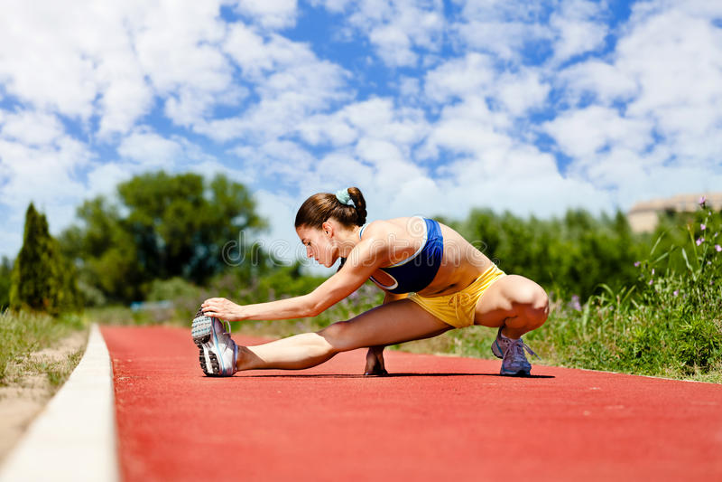 El estirar de la hembra del atleta foto de archivo libre de regalías