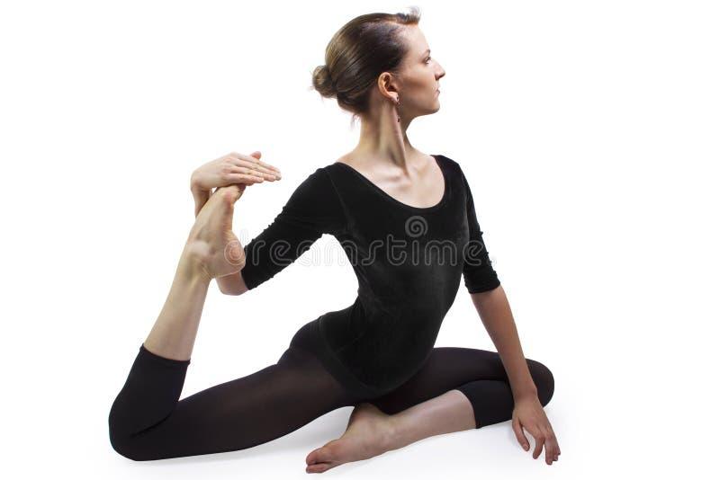 El estirar de la yoga fotografía de archivo
