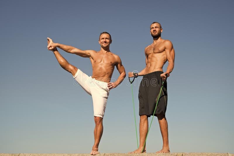 El estirar practicante al aire libre del torso desnudo muscular atractivo de los hombres Individuo con el entrenamiento del equip imagen de archivo libre de regalías