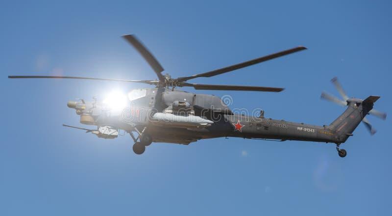 El estrago del helicóptero de ataque Mi-28N realiza vuelos de la demostración en el cielo sobre un terreno de entrenamiento milit imagen de archivo