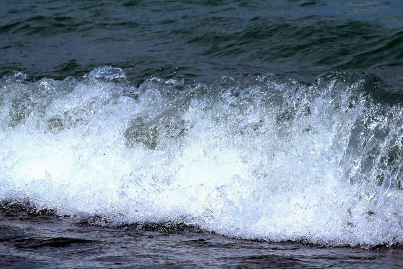 El estrellarse de las ondas fotos de archivo