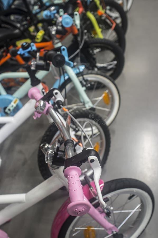 El ` a estrenar s de los niños monta en bicicleta en el asfalto para la venta foto de archivo libre de regalías