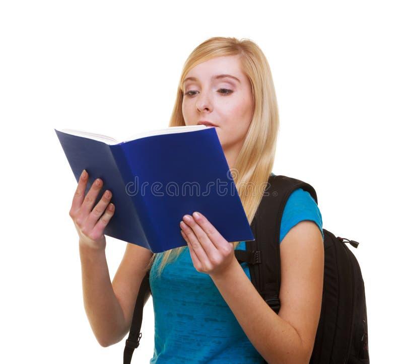 El estudiante casual de la muchacha con el libro de lectura de la mochila del bolso aprende aislado fotos de archivo