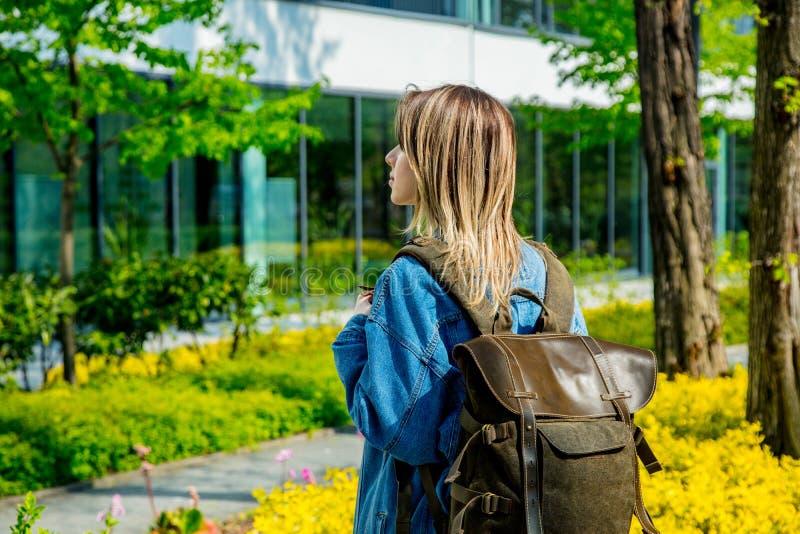 El estudiante con una mochila está la primera vez cerca del campus de la universidad imagen de archivo