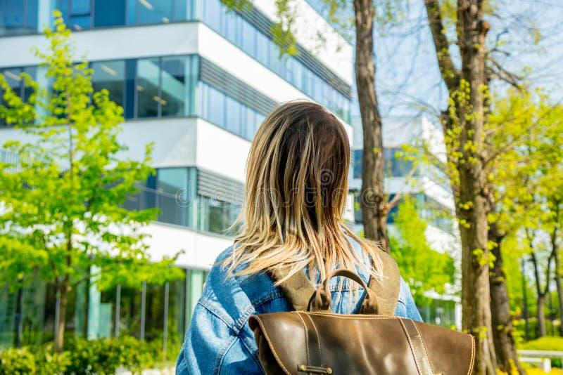 El estudiante con una mochila est? la primera vez cerca del campus de la universidad fotos de archivo