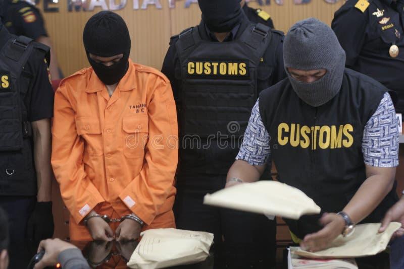EL ESTUDIANTE DE INDONESIA SOSPECHÓ LAS DROGAS PASADAS DE CONTRABANDO MENSAJERO DE LA DROGA COGIDAS POR LA CIUDAD SURAKARTA DE LA  imagenes de archivo