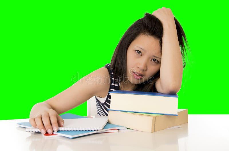 El estudiante de mujer bastante asiático trabajó demasiado en su ordenador portátil en el CCB blanco imagen de archivo libre de regalías