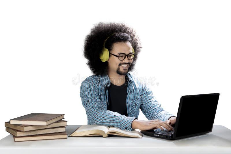 El estudiante del Afro está escuchando la música imagen de archivo libre de regalías