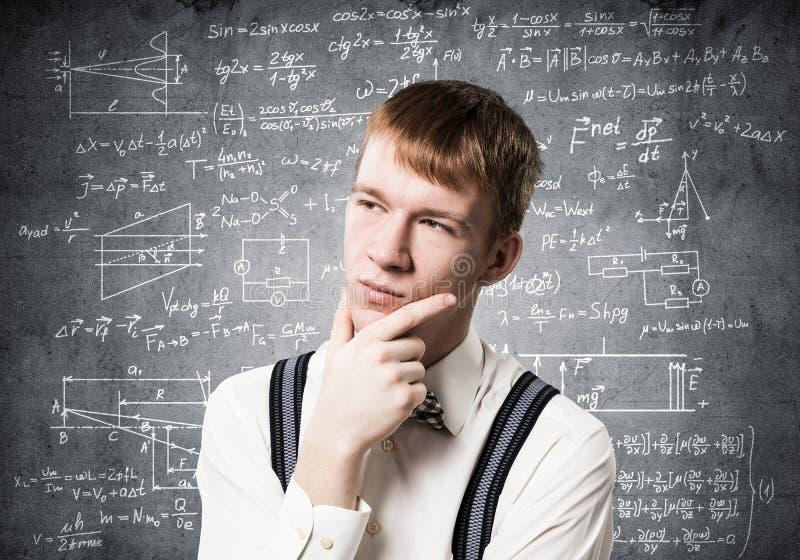 El estudiante del pelirrojo mira pensativamente hacia arriba imagen de archivo libre de regalías