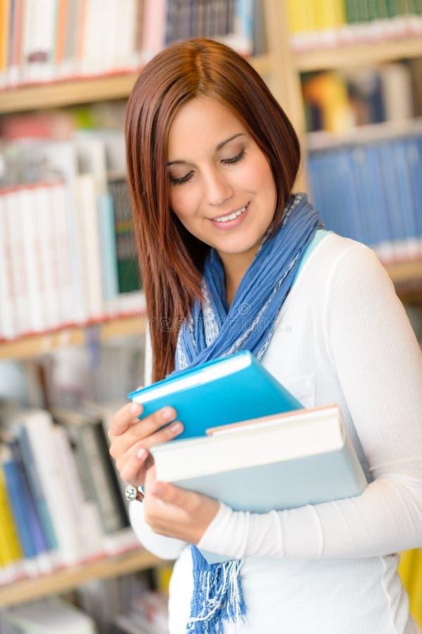 El estudiante en la biblioteca leyó la High School secundaria del libro foto de archivo