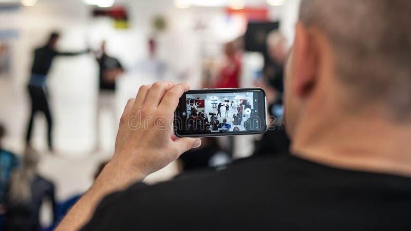El estudiante hace el vídeo del teléfono móvil con el instructor Avi Nardia de Kapap fotografía de archivo libre de regalías