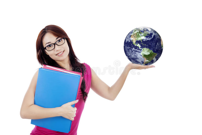El estudiante hermoso sostiene el globo aislado en blanco imagenes de archivo