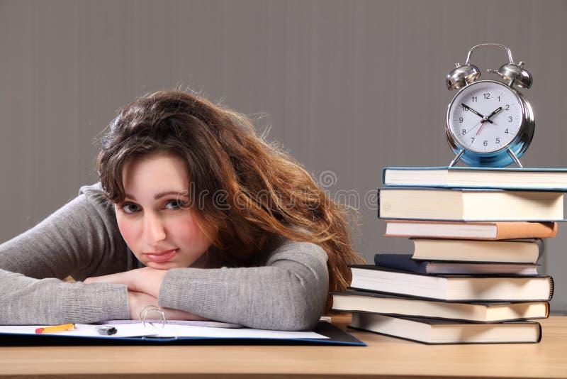 El estudiante hermoso tarda el tiempo para la rotura de la preparación imágenes de archivo libres de regalías