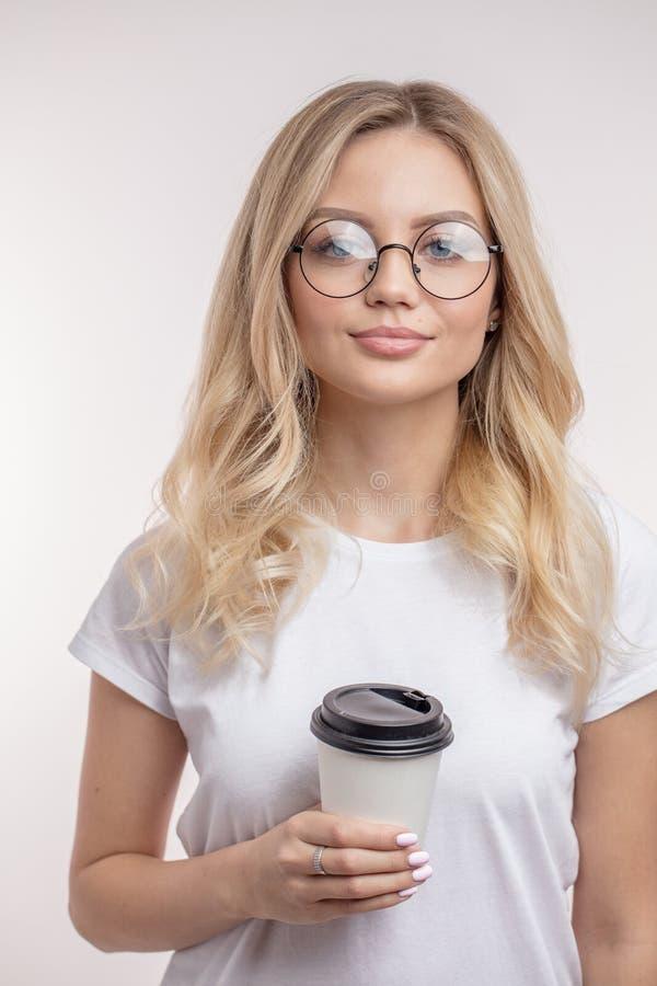 El estudiante impresionante está bebiendo el coffe mientras que hendidura del mediodía imagenes de archivo