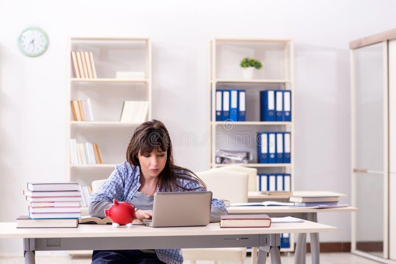 El estudiante joven en concepto educativo imagen de archivo