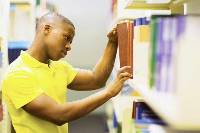 El estudiante reserva la biblioteca imágenes de archivo libres de regalías