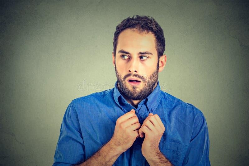 El estudiante subrayado nervioso del hombre joven siente la mirada torpe lejos fotografía de archivo libre de regalías
