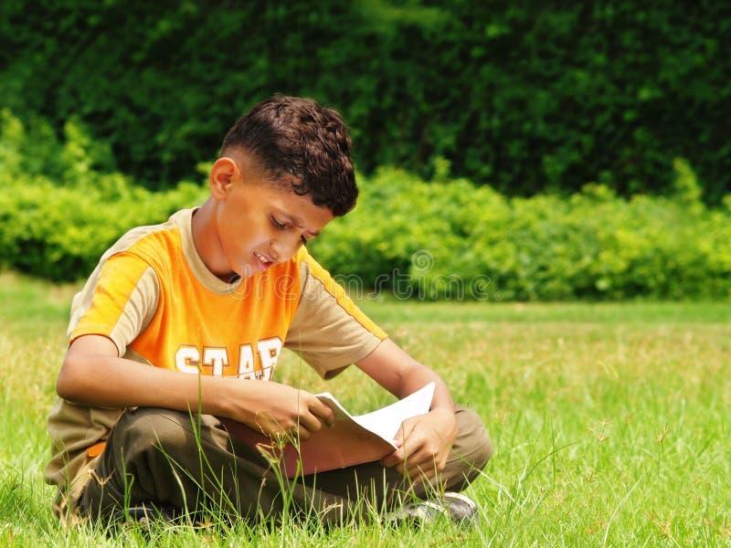 El estudiar asiático joven del muchacho   foto de archivo libre de regalías