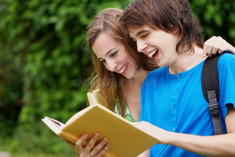 El estudiar de la universidad o de los estudiantes universitarios imagen de archivo libre de regalías
