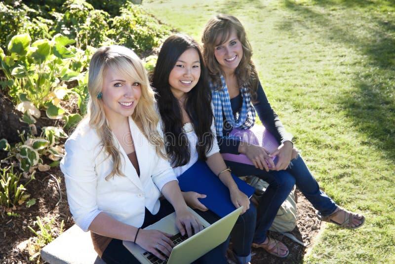 El estudiar de los estudiantes femeninos fotos de archivo libres de regalías