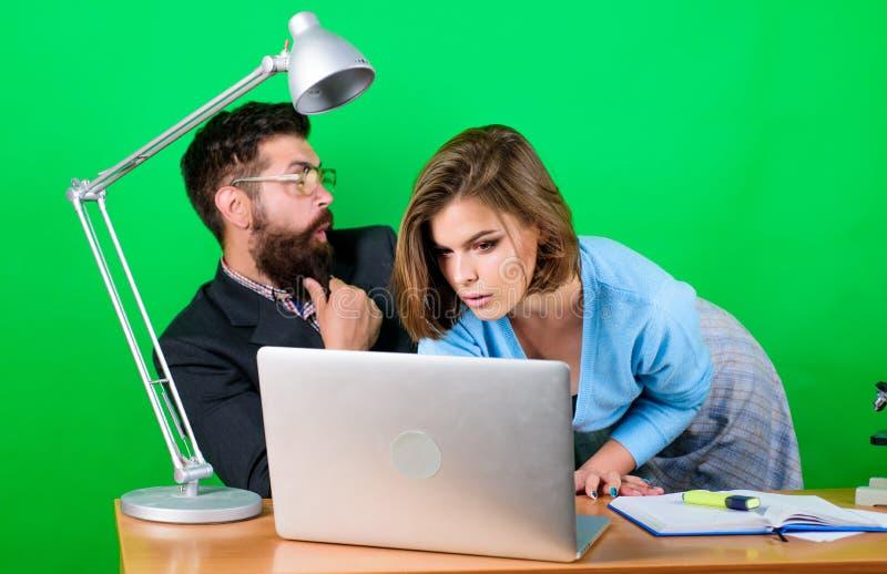 El estudiar de manera digital Estudiante caliente Profesor maduro y hembra atractiva Concepto prohibido de las relaciones Lecci?n fotografía de archivo