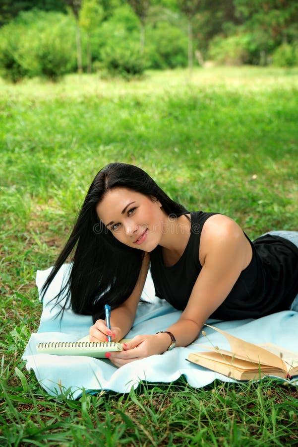 El estudiar del estudiante al aire libre en parque fotos de archivo libres de regalías