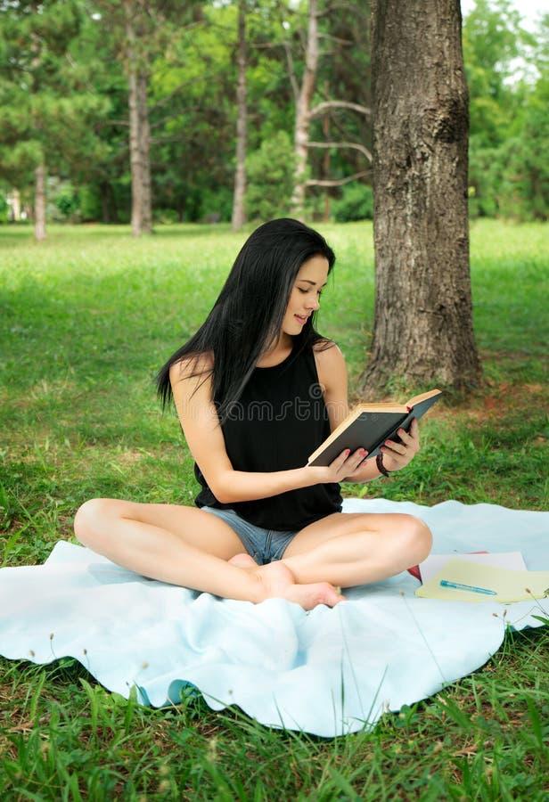 El estudiar del estudiante al aire libre en parque imagen de archivo