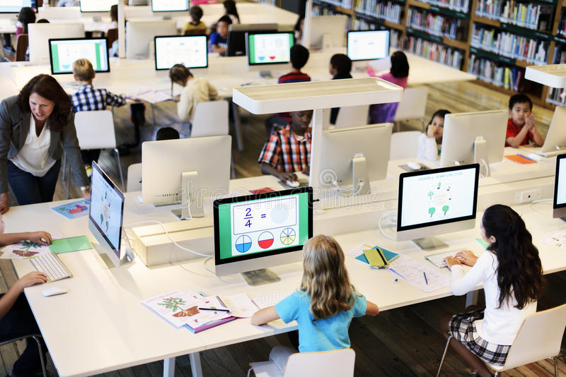 El estudiar del estudio aprende el aprendizaje de concepto de Internet de la sala de clase imágenes de archivo libres de regalías