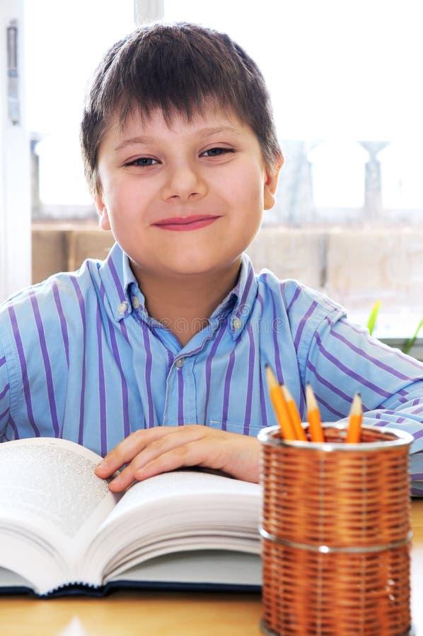 El estudiar del muchacho de escuela foto de archivo libre de regalías